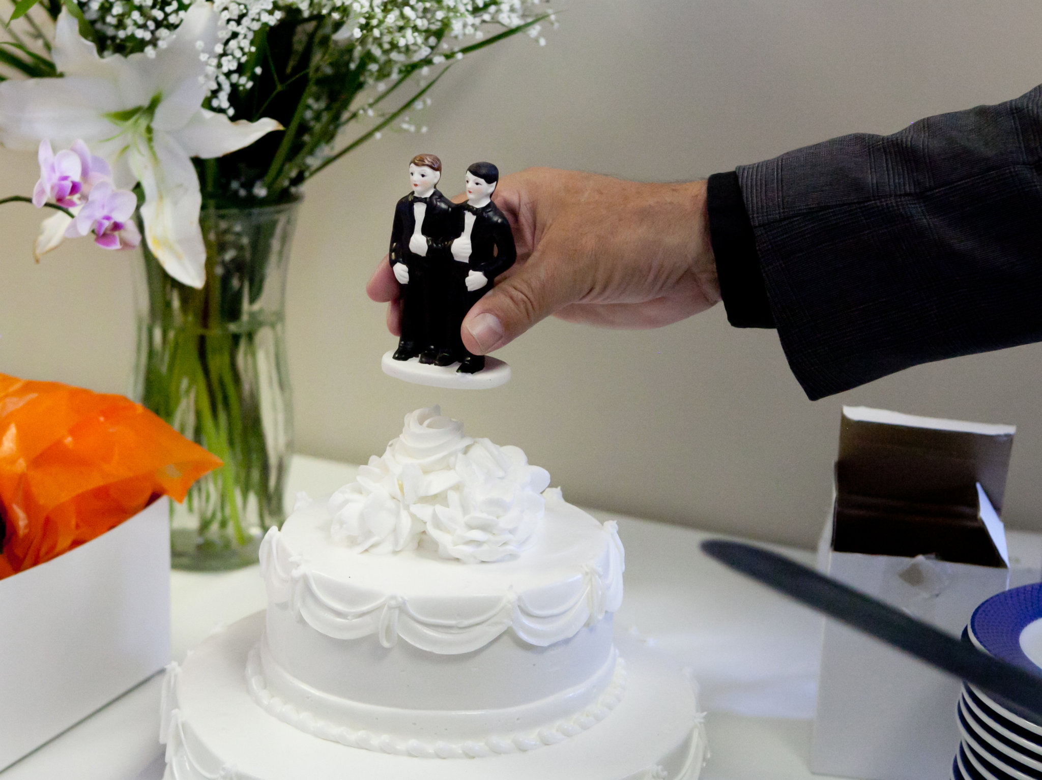 Wedding cake with two dolls of men